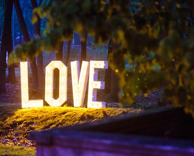 licht love letters langs de kant van de weg bruiloft
