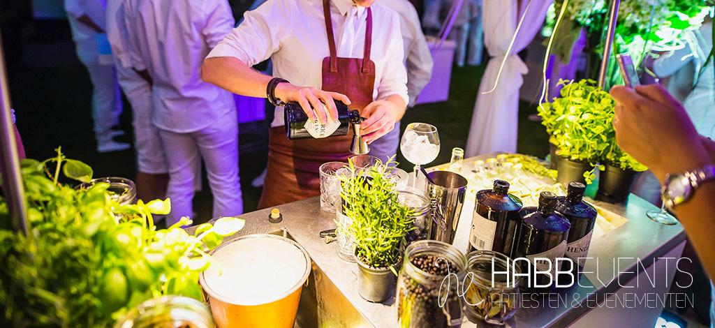 bartender maakt drankjes goed gevulde cocktailbar