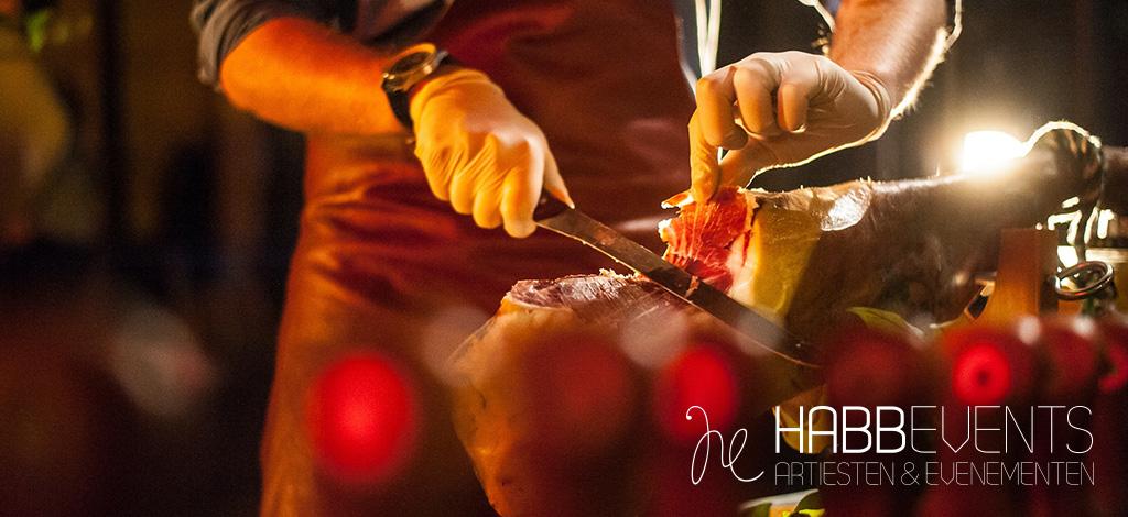 charcutterie vleesspecialiteiten worden gesneden