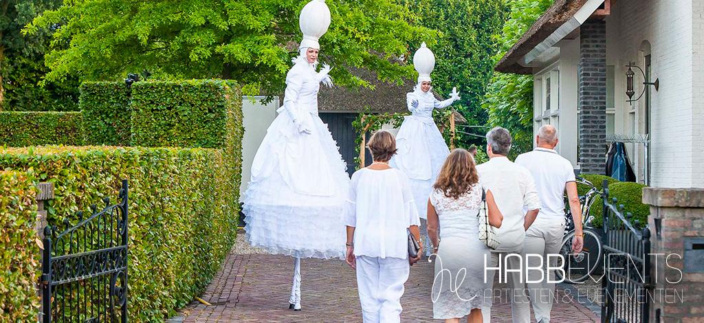 white party steltloopsters heten bezoekers welkom