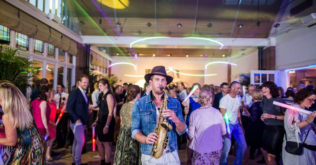 saxofonist Nick HabbEvents op personeelsfeest