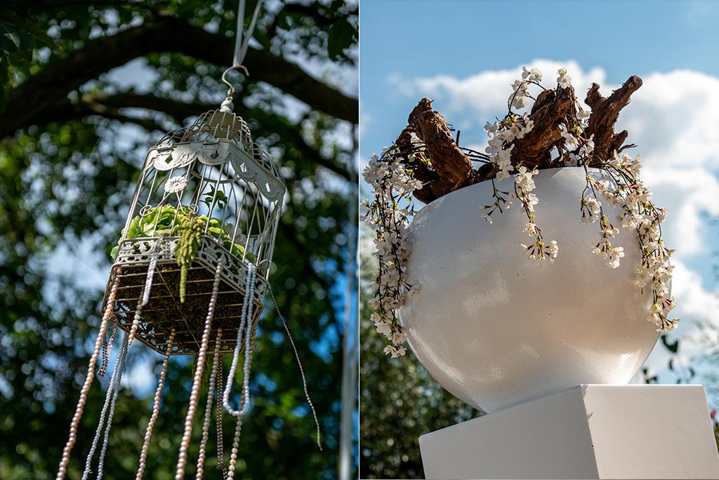 Decoratie objecten vogelkooitjes in bomen strak witte pilaren met bloemwerk