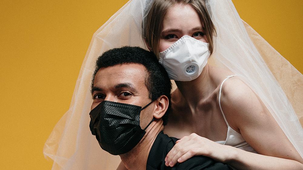 Vrolijke man en vrouw met maskers op